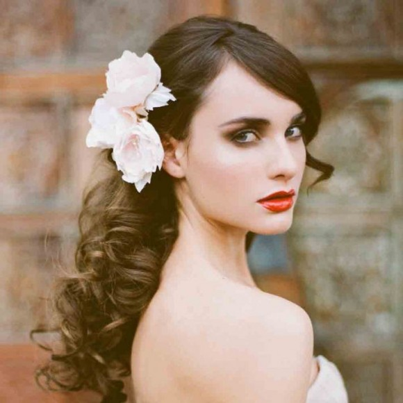 Tóc uốn lọn, xõa mềm cho cô dâu thêm duyên dáng, dịu dàng