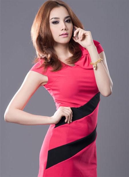Màu hồng được cô sử dụng nhiều nhất trong thời gian gần đây với nhiều sắc độ từ đậm tới nhạt.