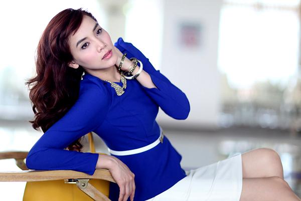 Cách kết hợp áo dài tay cổ tròn và chân váy ôm sát này của Trang Nhung có thể ứng dụng được cho môi trường công sở.
