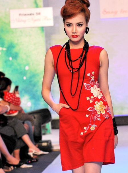 Những chuỗi hạt dài quấn thành nhiều vòng trên cổ hoặc tay là phong cách được nhiều quý cô yêu thích mỗi dịp thu về.
