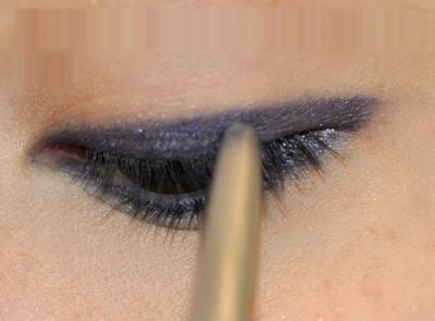 Dùng bút kẻ mắt dạng sáp vẽ một đường đậm sát mi mắt trên