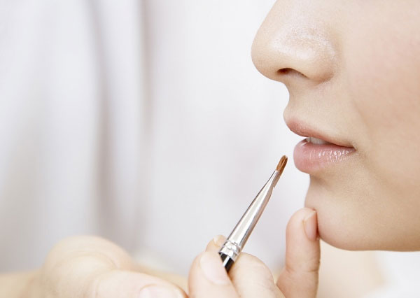 Chọn son môi không mùi là giải pháp an toàn cho bạn.