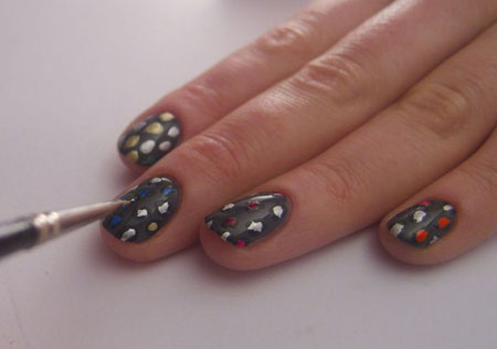 Bước 6: Dùng sơn màu đen bóng đánh xung quanh các đốm màu để tạo hiệu ứng.