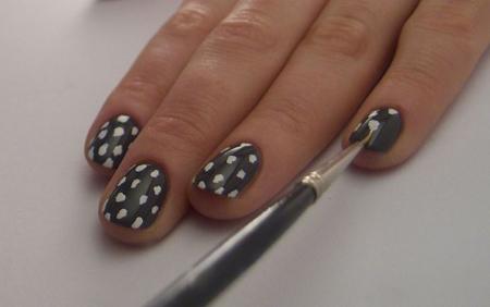 Bước 3: Sử dụng chổi vẽ móng chấm những đốm trắng lên móng sao tạo thành họa tiết da báo.