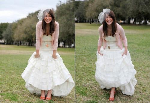 Áo khoác hồng nhạt hoặc đậm tùy thuộc vào tông trang điểm mà cô dâu lựa chọn.