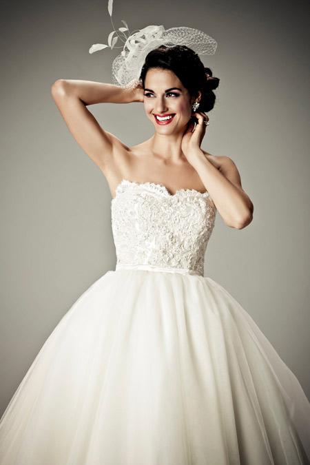 Không nên chọn váy cưới theo xu hướng.