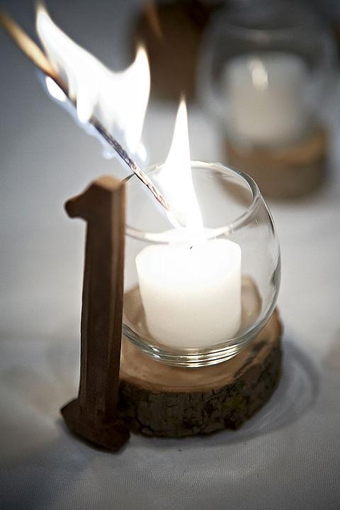 Sử dụng nhiều nến sẽ khiến đám cưới của bạn thêm ấm.