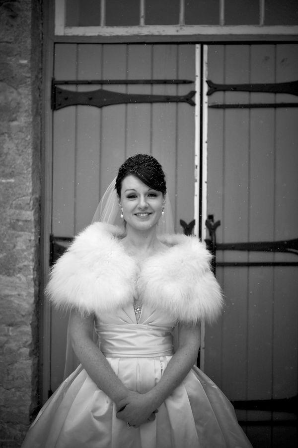 Để giữ ấm, cô dâu nên diện một chiếc áo choàng lông khoác ra ngoài váy cưới.
