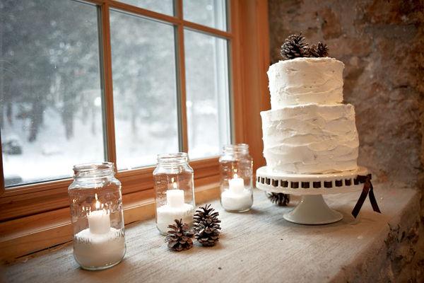 Ngay cả chiếc bánh cưới cũng được trang trí bằng những quả thông khô.