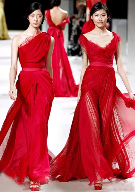 Váy cưới màu đỏ tượng trưng cho sự may mắn, hạnh phúc.