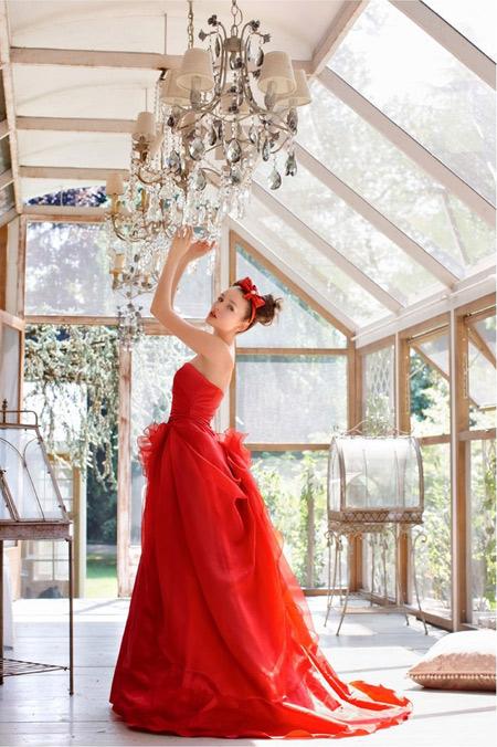 Sắc đỏ rực rỡ làm gương mặt cô dâu tươi sáng hơn.