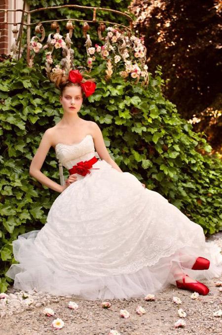 Nếu chọn váy cưới màu trắng, bạn chỉ cần chọn các phụ kiện màu đỏ như giày, dây lưng hoặc nơ cài tóc...