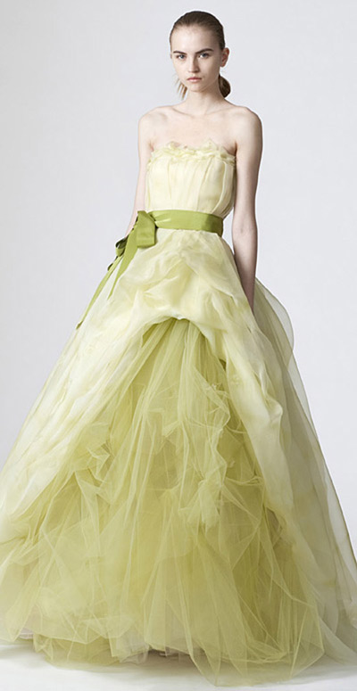 Váy cưới màu vàng xanh giúp cô dâu tươi tắn.