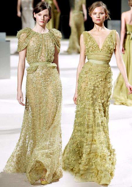 Váy đính đá cầu kỳ của Elie Saab phù hợp với không khí Giáng sinh.