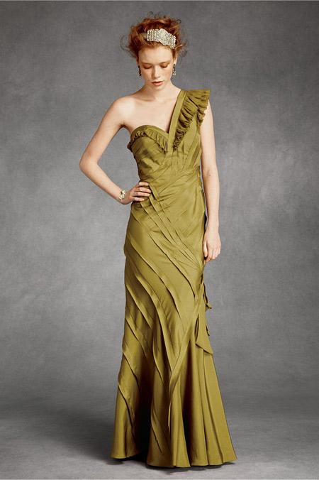 Cô dâu nên hạn chế sử dụng phụ kiện khi chọn váy cưới màu sắc.