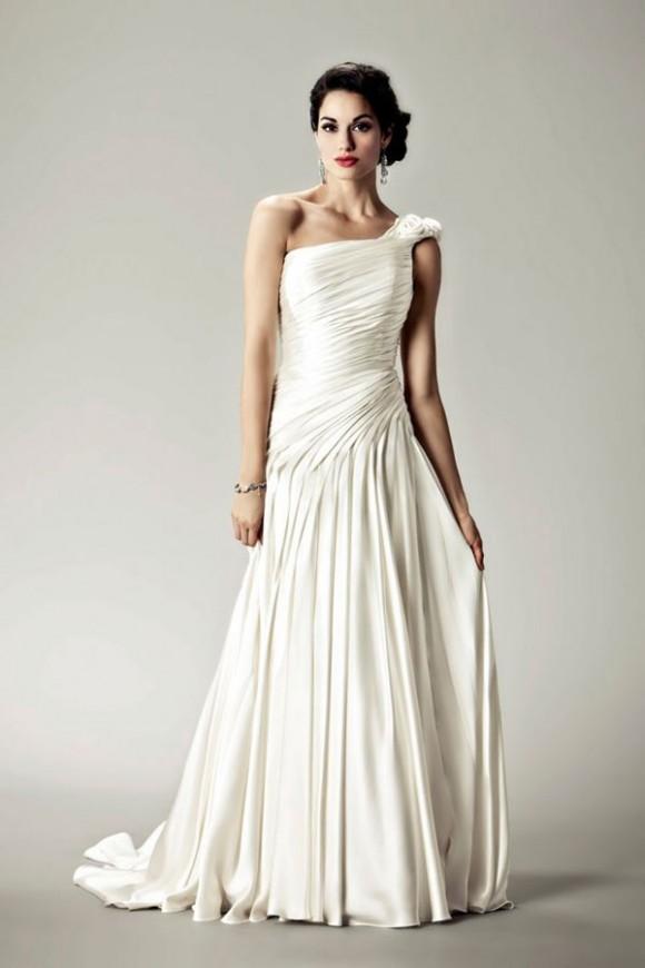 Váy lệch vai cũng là giải pháp tốt cho cô dâu có vai vuông