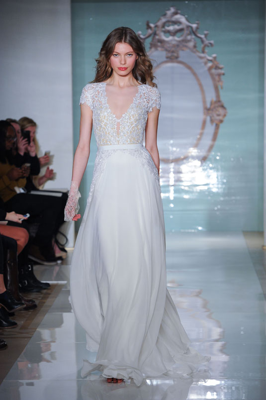 Ai nói rằng váy cưới quây không tay mới là quyến rũ? Những mẫu váy cưới có tay dưới đây sẽ cho bạn thấy vẻ đẹp lộng lẫy, sang trọng mà không kém phần quyến rũ mọi cô dâu đều cần.