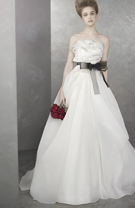Váy chít eo, có thêm chiếc nơ sẽ phù hợp với cô dâu có vòng hai đầy đặn