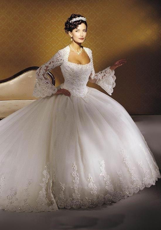 Váy cổ vuông, xòe rộng bên dưới giúp cô dâu không còn tự ti vì vai rộng