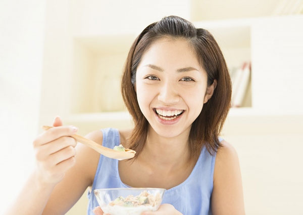 Chị em có thể ăn sữa chua bình thường, nhưng không nên ăn sữa chua quá lạnh