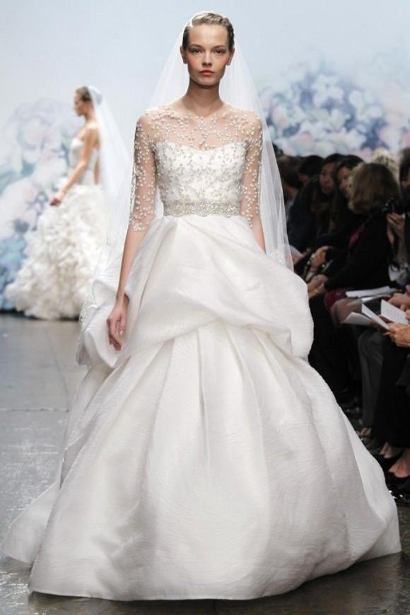 Váy cưới peplum xếp tầng với phần ngực là chất liệu voan mỏng, nhẹ, hoa văn xinh xắn