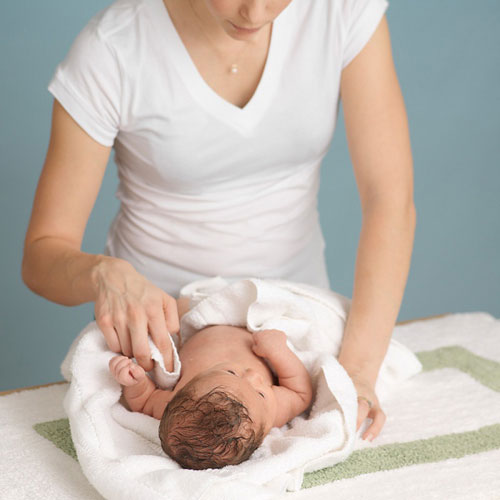 Cách ứng phó khi bé sơ sinh bị mụn