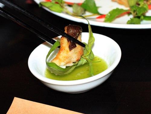 Ăn kèm với cá chình nướng là các loại rau thơm và chén muối ớt xanh.