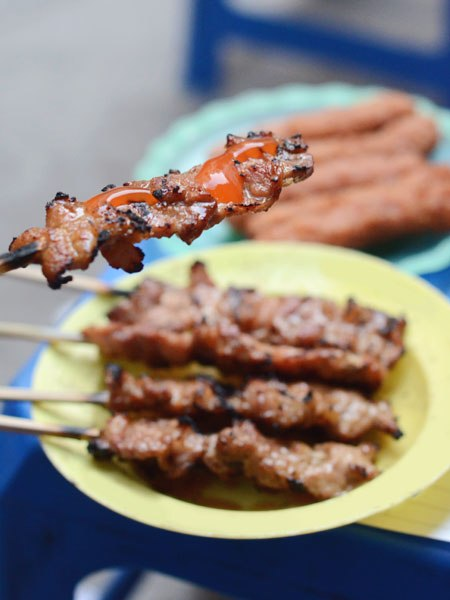 Thịt xiên nướng tẩm ướp đậm đà và rất vừa miệng.