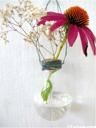 """Khéo tay: Bình hoa """"ngộ"""" từ bóng đèn hỏng, Nhà đẹp, binh hoa doc dao, binh hoa, trang tri nha cua, bi quyet nha dep, tu van noi that, trang hoang noi that, hoa, binh hoa doc, nha dep, bao phu nu"""