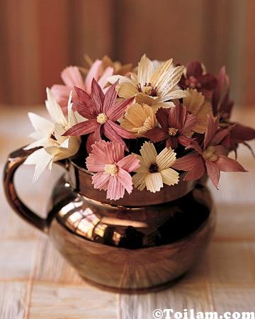 Cách làm bình hoa từ vỏ ngô