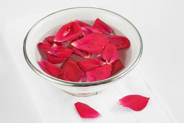 Cách xóa sổ mụn trứng cá bằng nước hoa hồng