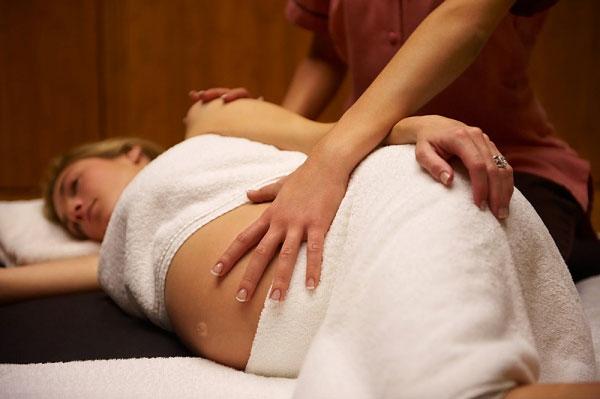Massage là điều tuyệt vời trong thai kì vì nó giúp giảm thiểu stress, tăng lượng tuần hoàn máu, xoa dịu các cơn đau.
