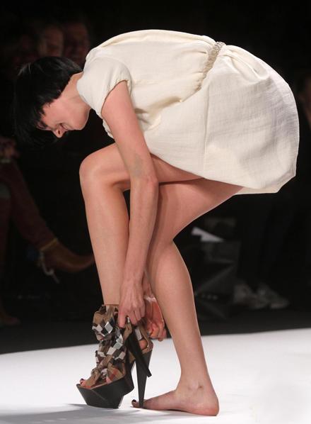 Bí quyết giảm đau chân hiệu quả khi mang giày cao gót