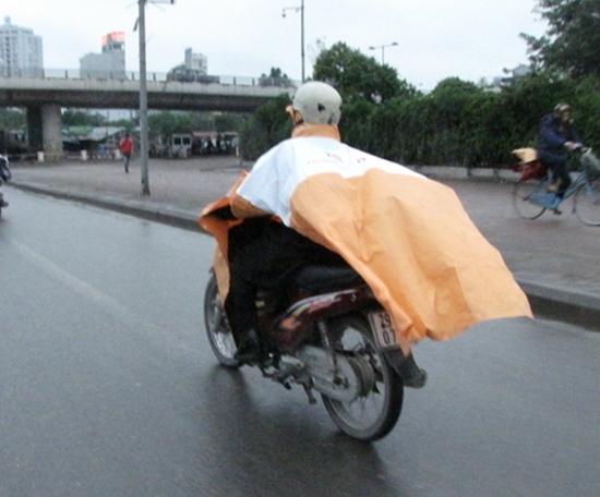 Lái xe máy an toàn khi trời mưa