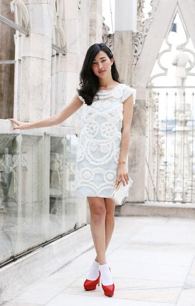 Chất liệu ren phù hợp với dáng váy không quá rộng, mang lại sự trẻ trung, quyến rũ.