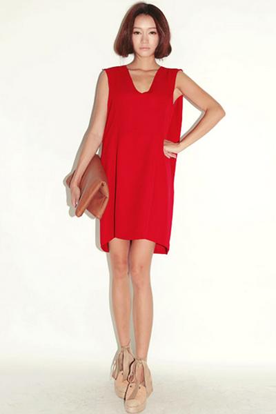 Với mẫu váy suông không tay gam màu sặc sỡ như đỏ, cam, bạn có thể tự tin xuống phố, thu hút mọi ánh nhìn..