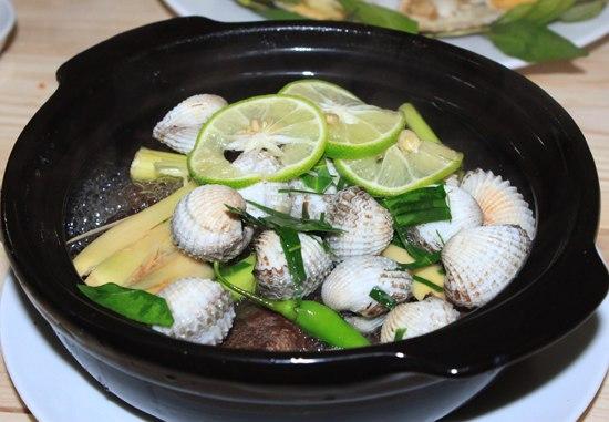 Hương liệu từ chanh, sả và ớt xanh tạo nên hương thơm hấp dẫn cho món ăn lạ lùng này.