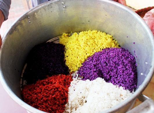 Xôi ngũ sắc là một món ăn ngon, sặc sỡ màu sắc của người dân tộc Thái. Miếng xôi dẻo quánh, có vị béo gậy của gạo nếp sẽ hấp dẫn bạn ngay từ lần đầu nhìn thấy và thưởng thực. Chỉ cần kỳ công hơn so với cách nấu xôi trắng thường ngày một chút, bạn sẽ có một món ăn vô cùng thú vị. Hãy cùng làm thử nhé!