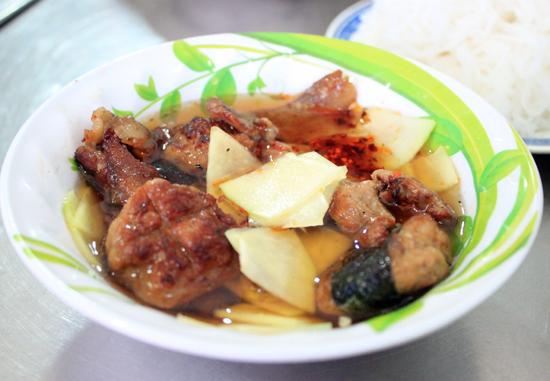 Điểm hấp dẫn của món ăn chính là bát nước chấm chua ngọt với thịt nướng, chả viên và đu đủ thái lát.