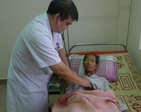 Không có người thân bên cạnh chăm sóc nên các bác sĩ và y tá trong khoa thay nhau chăm sóc bác.