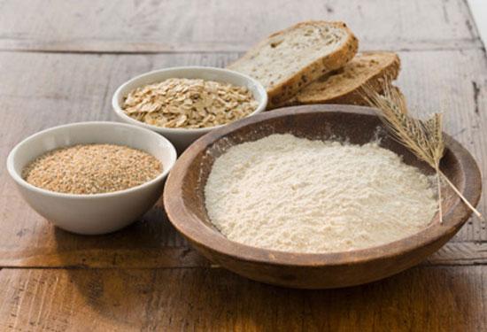Lựa chọn các loại ngũ cốc nguyên cám như yến mạch, đậu và đậu lăng là nguồn cung cấp carbonhydrat cho cơ thể.
