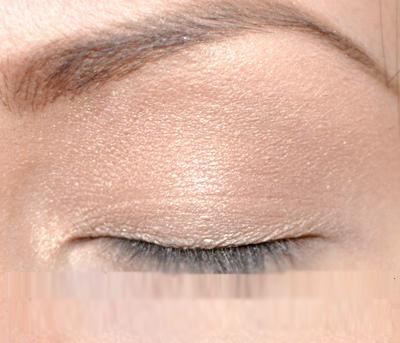 Dùng cọ mút tán đều phấn mắt màu da ánh ngọc trai lên bầu mắt trên