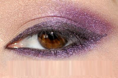 Dùng sáp kẻ mắt màu tím đen để vẽ viền mí trên.