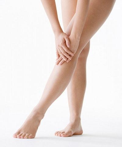 Móng chân vàng cảnh báo sự hoạt động kém hiệu quả của hệ thống miễn dịch trong cơ thể hoặc do bạn sử dụng quá nhiều sơn móng chân khiến móng chân bị tổn thương.