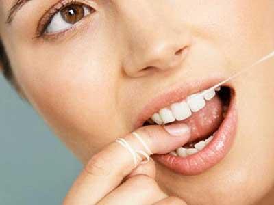 Nên hay không nên xỉa răng sau khi ăn? |