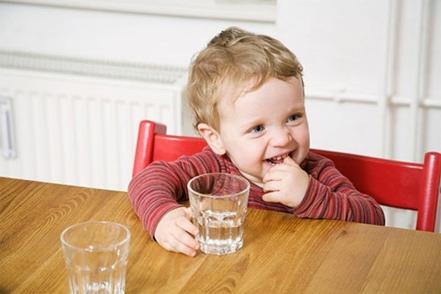 Cách phòng tránh nguy cơ bị dị vật vào mắt trẻ