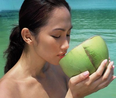 Uống nước dừa sẽ khiến làn da của chị em ngày càng mịn màng