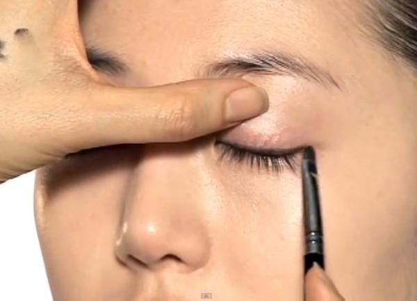 Trang điểm cho khuôn mặt mí mắt lồi đẹp như Kim Tae Hee 9
