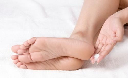trị nứt gót chân