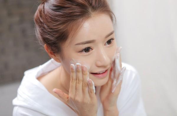 chọn sữa rửa mặt cho da nhờn